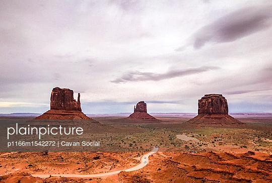 plainpicture   Photo library for authentic images - plainpicture p1166m1542272 - Rock formations at Monument... - plainpicture/Cavan Images/Cavan Social