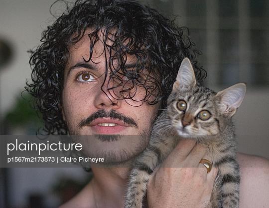 Junger Mann mit Katze, Portrait - p1567m2173873 von Claire Picheyre
