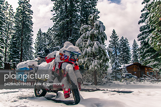 Touring bike covered in snow, Truckee, California, USA - p429m2019169 by Alex Eggermont