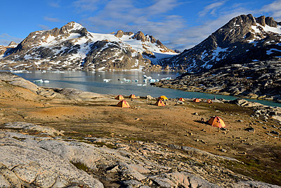 Greenland, East Greenland, Ammassalik Island, tent camp at Sammileq Fjord - p300m1587746 von Egmont Strigl