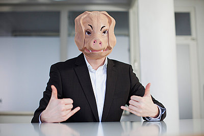 Pig in the office - p586m780963 by Kniel Synnatzschke