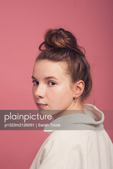 A teenage girl against pink  - p1323m2126091 von Sarah Toure