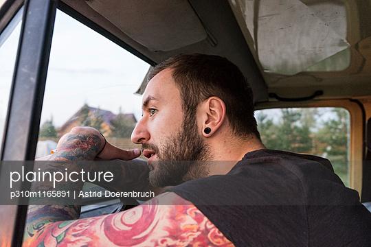 Fragender Blick - p310m1165891 von Astrid Doerenbruch