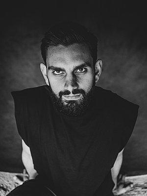 Man with full beard - p1267m2090178 by Wolf Meier