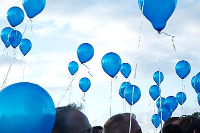 Fliegende Luftballons - p1330m1170994 von Caterina Rancho