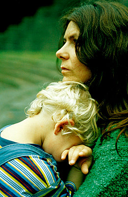 Mutter mit Sohn im Arm - p2190096 von Carsten Büll