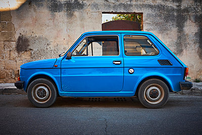 Italy, Apulia, old blue Fiat 500 parked at roadside - p300m1505486 by Dirk Kittelberger