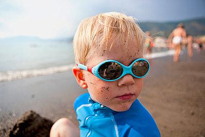 Junge auf Strand - p322m1002994 von Simo Vunneli
