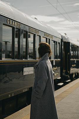 Frau am Bahnsteig - p600m2073020 von Laura Stevens