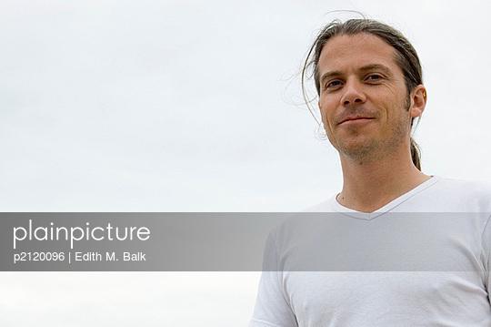 Mann lächelt - p2120096 von Edith M. Balk