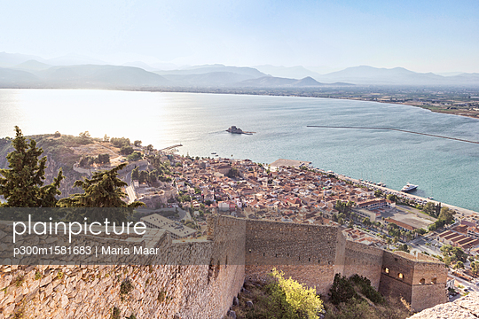 Greece, Peloponnese, Argolis, Nauplia, View from Akronauplia to old town and Bourtzi Castle - p300m1581683 von Maria Maar