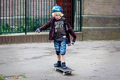Boy skateboarding - p896m834706 by Arenda Oomen