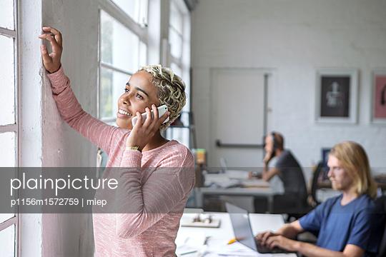 Frau und Smartphone - p1156m1572759 von miep