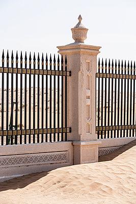 Zaun in der Wüste - p280m1137314 von victor s. brigola