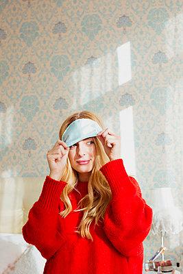 Junge Frau mir Augenmaske - p432m1502396 von mia takahara