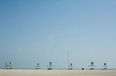 Leerer Strand in Dubai - p7410033 von Christof Mattes