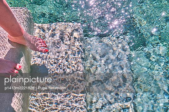 Pool, Frauenfüße im Wasser - p1413m2221828 von Pupa Neumann
