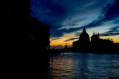 Morgendämmerung über der Salute-Kirche, Venedig - p1493m1584701 von Alexander Mertsch
