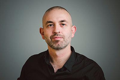 Portrait of confident man - p300m1204461 by Ramon Espelt