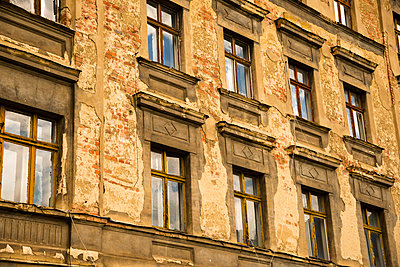 Germany, Saxony, Goerlitz, part of facade of abandoned multi-family house - p300m950974f by Walter G. Allgöwer