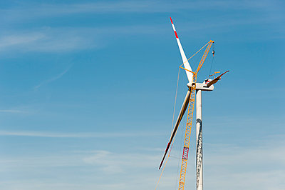 Aufbau einer Windkraftanlage - p1079m1042131 von Ulrich Mertens