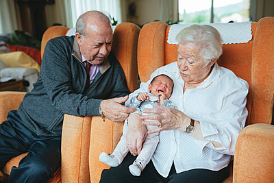 Great grandparents taking care of great granddaughter at home - p300m1204830 by Gemma Ferrando