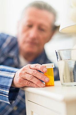 Senior Caucasian man taking medication - p555m1415291 by JGI/Tom Grill