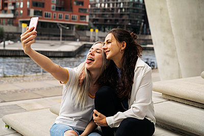 Two young women take a selfie - p788m2128345 by Lisa Krechting