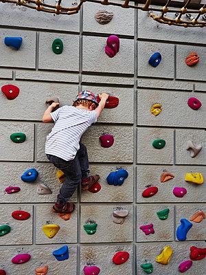 Junge an der Kletterwand - p358m1516342 von Frank Muckenheim
