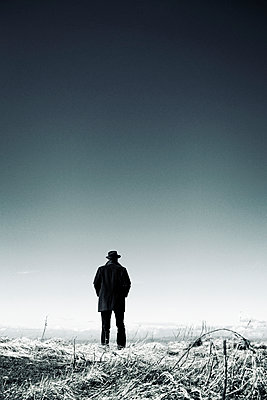 Rear view of man in winter landscape - p597m1161387 by Tim Robinson