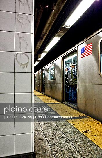 NYC Tube - p1299m1124185 von Boris Schmalenberger