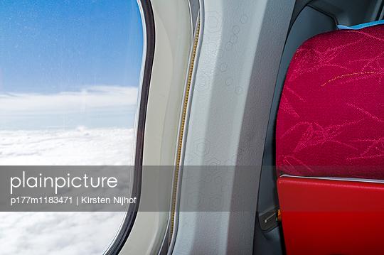 Blick aus einem Flugzeugfenster - p177m1183471 von Kirsten Nijhof