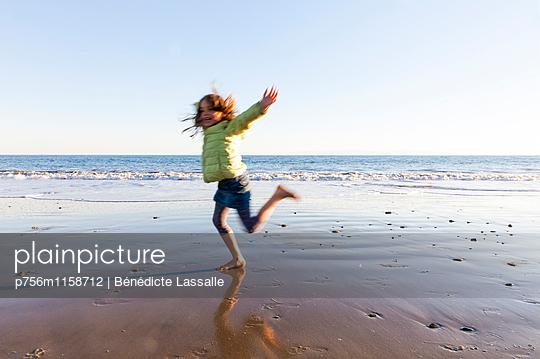 Am Strand - p756m1158712 von Bénédicte Lassalle