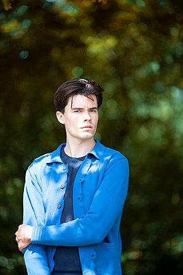 Portrait eines Mannes im blauem Hemd - p1248m2237702 von miguel sobreira