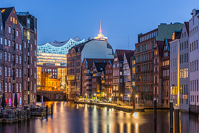 Germany, Hamburg, Nikolaifleet, Elbphilharmonie in background - p300m1459922 by Kerstin Bittner