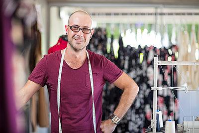 Portrait of smiling tailor in studio - p300m1581194 von zerocreatives