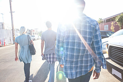 Three young people walking on the street in sunshine - p300m2069705 by Westend61