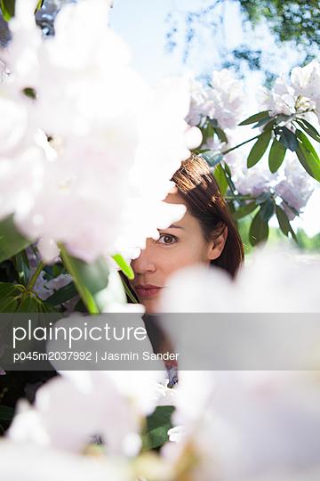 Versteckt hinter Blumen - p045m2037992 von Jasmin Sander