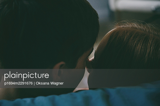Back view of a young couple in love looking at each other while touching noses on a date - p1694m2291676 by Oksana Wagner