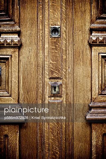 Haustür aus Holz mit zwei Schlössern, Detail - p586m972928 von Kniel Synnatzschke