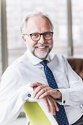 Portrait of smiling mature businessman - p300m1562340 by Uwe Umstätter