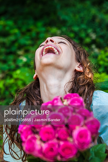 Glücklich mit Blumenstrauß - p045m2108855 von Jasmin Sander