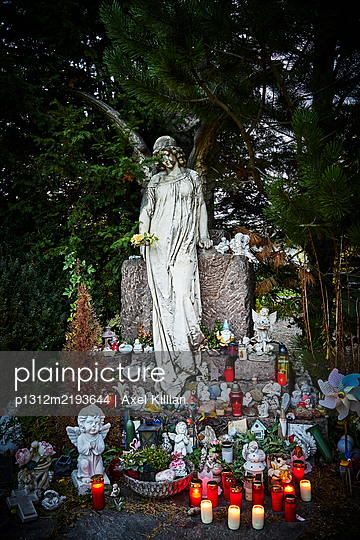 Angels and putti on graveyard with lit candles  - p1312m2193644 by Axel Killian