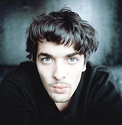 Junger Mann mit braunen Haaren, Porträt - p1207m1111694 von Michael Heissner