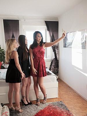 Freundinnen machen ein Selfie - p1383m2045087 von Wolfgang Steiner