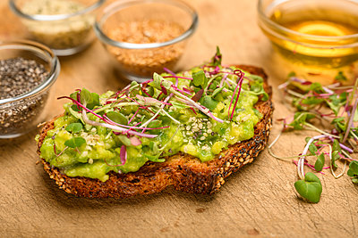 Avocado and bean sprouts on toast - p1427m2136285 by Tetra Images