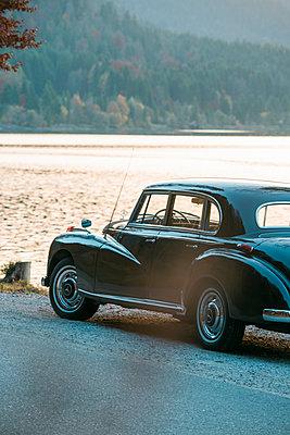 Mercedes Benz Ponton am Seeufer - p1437m2254423 von Achim Bunz