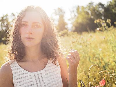 Teenage girl in summer in a flowering meadow - p1564m2294948 by wpsteinheisser