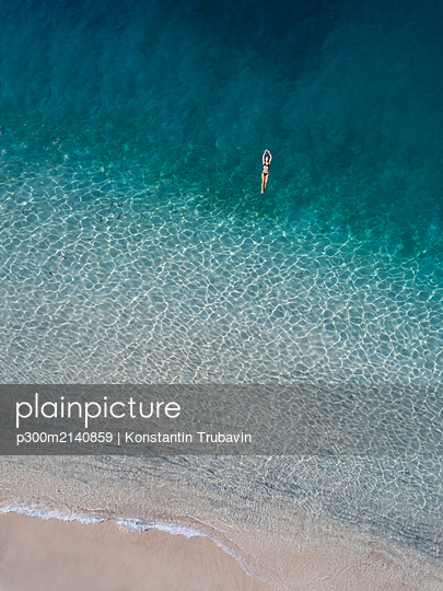 Woman floating in the sea, Gili Air, Gili Islands, Indonesia - p300m2140859 by Konstantin Trubavin