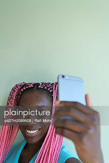Young african woman with dreadlocks - p427m2089608 by Ralf Mohr